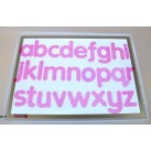Alphabet in pink aus Silikon mit taktilen Streifen
