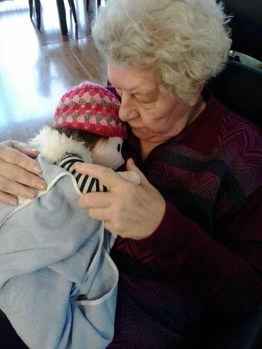 Joykpuppe für einer dementierenden Mutter